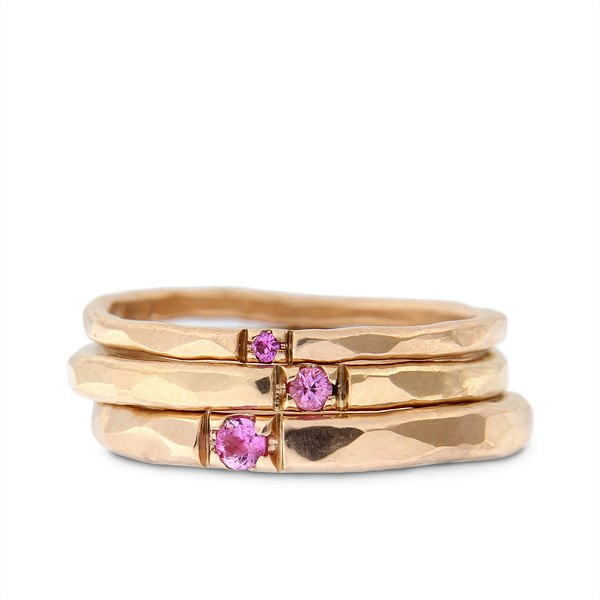 Katie g. Jewellery_Stack - Hammered Rings 1,5 bis 2,5mm in 14kt. Roségold mit rosa Saphir