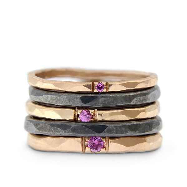Katie g. Jewellery_Stack - Hammered Rings in 1,5 bis 2,5mm in oxidiertem Sterling silber und 14kt. Roségold mit rosa Saphir